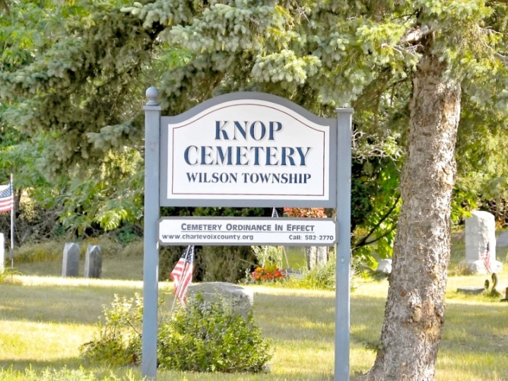 Knop Cemetery SignEntrance